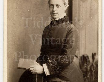 CDV Carte de Visite Photo - Victorian Old Woman, Lace Collar, Bonnet, Reading Book Portrait- J W Thomas of Hastings England - Antique Photo