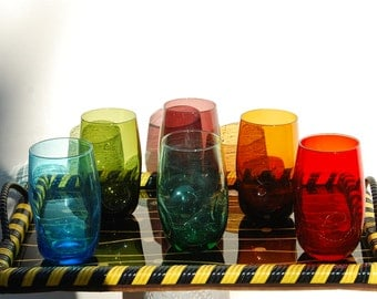 Set of 6 vintage drinking glasses with tray. Very retro design for this set with its funky plastic surround tray. 1960s