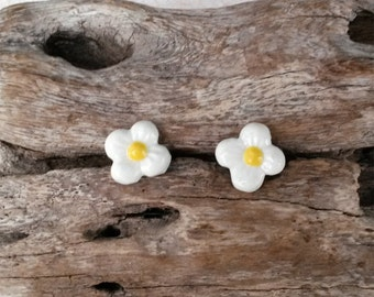 White daisy earrings, daisy stud earrings, white flower stud earrings, daisy Post Earring, 70s hippie, daisy gift idea