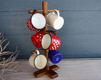 Porte tasse vintage avec des tasses de café métal émaillé, Collection instantanée, cabine décor, rétro Camping