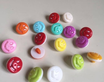 10 Pcs 13mm Plastic smile face buttons (147)