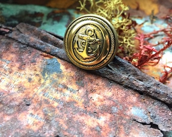 Pirategold. Ring with anchor button, goldtone metal. Maritime nautical jewellery. Sailors jewelry. Pirate navy antique style. Buttonring.