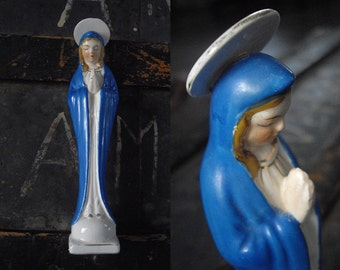 Vintage ceramic Madonna statue with blue robe and aureole. 7,1 x 1,2 inch. Devotional Virgin Mary, hand painted figurine with folding hands.