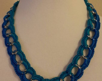 Chain and Corchet cotton flows thread necklace.