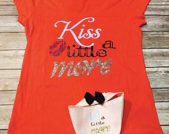 Kiss a little more tee