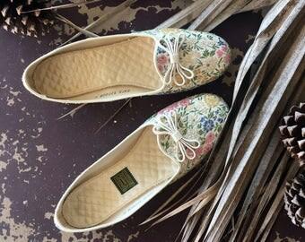 Vintage 1950s Daniel Green Metallic Floral Champagne Lotus Women's Slippers / Vintage 1960s Floral Slipper Shoes