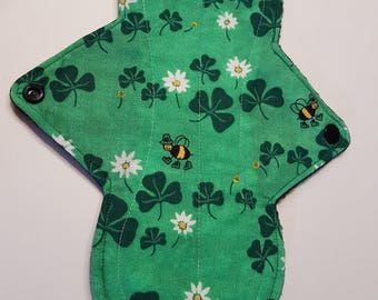 """10"""" Moderate Green Clovers & Bees Cloth Pad"""