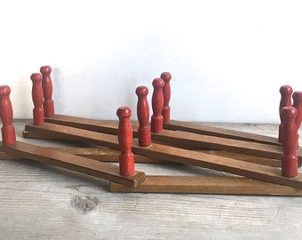 Mid Century Expandable Wooden Accordion Peg Rack Red Country Farm Mug Towel Hat Jewelry Rack