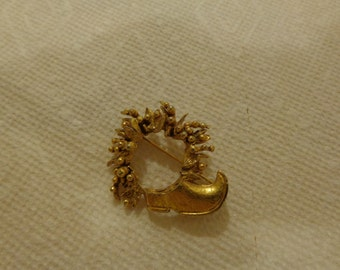 Brooch. Golden Florenza Signed Wreath brooch with shoe.  Christmas wreath brooch