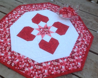 Love Letters 19 inch Valentine quilted table octagon