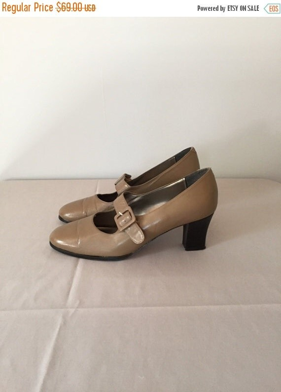 30% OFF SALE... vintage flapper buckle mary janes | nude leather | 8.5