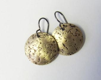 Hammered brass disc earrings Mixed metal niobium dangles Boho rustic brass jewelry Small lightweight gold drop earrings
