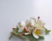 Felt brooch White flowers - Handmade- Felt brooch- Wool brooch - White brooch - Floral accessories- Brooch White flowers