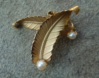 Feather & Pearl Earrings. Gold Tone. Vintage 1950s 1960s. Clip On Earrings. Ear Climber Earrings. Curve Hang Up Ear. Bird Feathers.