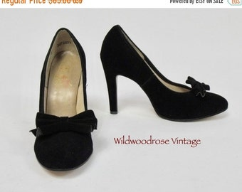 HOLIDAY SALE Vintage 1970's Baby Doll Suede Stilettos - 4.25 Inch Heel - Pleated Bow - Evening Shoes - Retro Pumps - Classic Stilettos - Lad