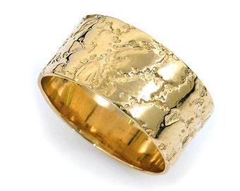 Cracked earth wedding band. Wide wedding band. Gold wedding band. Textured wedding band. Yellow gold wedding band. Gold ring (gr-9061-651)