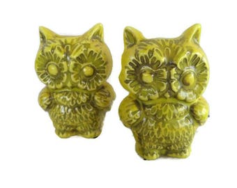 2 vintage yellow ceramic flower power owls with daisy eyes; for macrame or aquarium, 1970's