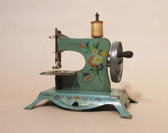 Lindstrom Toy Sewing Machine - 1930's USA - Complete and Good Condition