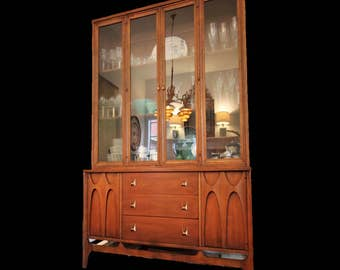 Mid Century BROYHILL BRASILIA Walnut China Cabinet or Credenza/Hutch in Excellent Vintage Condition