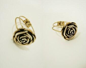 Camellia bracelet. Golden metal.