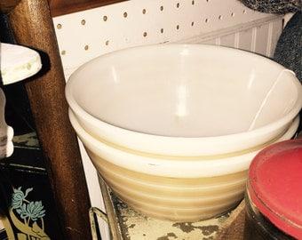Vntg  #402 PYREX 1 1/2 Qt Tan STRIPED Mixing Bowl
