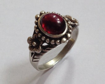 Vintage Ornate Sterling Silver 3.6g Flower Beaded Bezel Set Deep Red Garnet Gemstone Ring Size UK P - US 7.75
