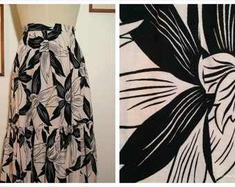 80's Black and white cotton skirt, graphic big flowers  printing  with a ruffle. To wear with shaft sandals  and going to the beach...