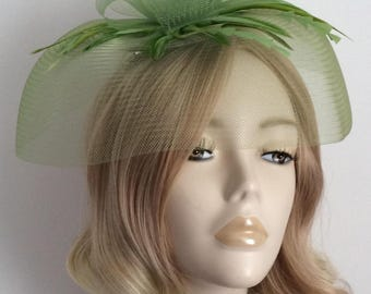 GREEN CRIN FASCINATOR, With feathers, On a clip