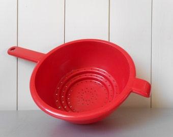 Vintage 1980s GUZZINI Colander in Red Plastic. Made in Italy. 80s Italian Modern Retro Design. Kitchen Utensil. Mod Kitchenware Housewares