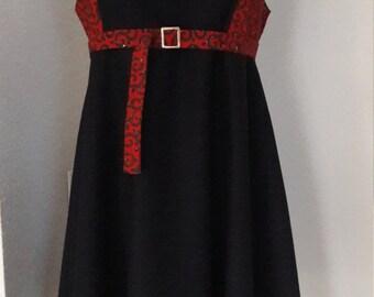 Dress in wool with yoke in wax, closed by a zipper in the back.