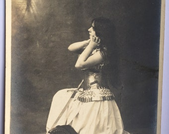 France prays and hopes * Woman warrior praying, kneeling down * Sword and Helmet * Black and white Antique French postcard