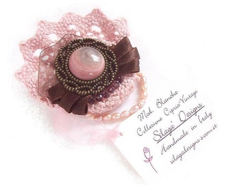 Victorian inspired pink and brown brooch, large brooch with vintage button, lace and pearls, Handmade i Italy vintage jewelry