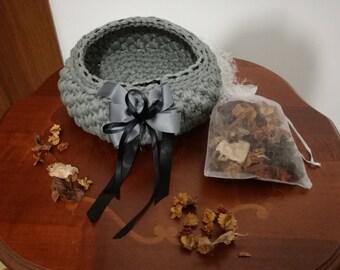 Basket grey webbing with 1 Vanilla scented sachet.