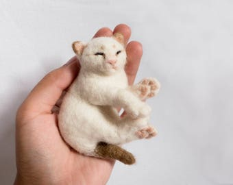 Baby kitten brooch. Needle felted accessory. Realistic wool animal jewelry.