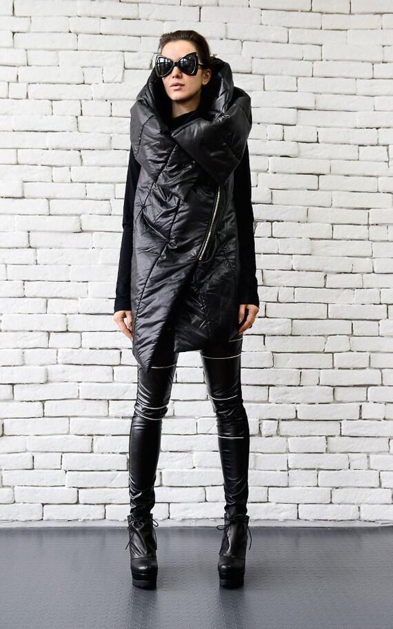 manteau noir sans manches extravagant veste loose capuche. Black Bedroom Furniture Sets. Home Design Ideas