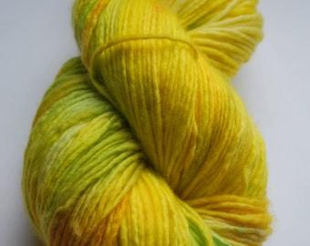 Lemon worsted singles yarn, 'Fuwa Fuwa' SW Merino Hand dyed, 225 yards, yellow, lime, green, tonal, painted, yellow,fools garden,music, bold