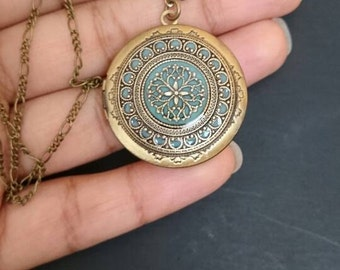 Vintage style Locket Necklace - Filigree antique brass locket