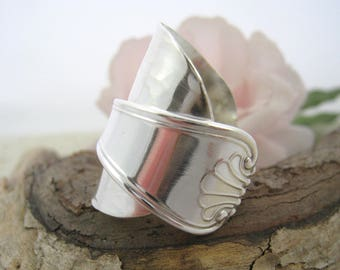 SPOON RING Full wrap, shell motif, hammered silver, wrapped thumb ring, Solid silver, Upcycled from Italian silver vintage spoon.