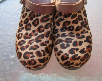 Fun and funky faux leopard steerhide wooden clogs with or without heel strap. Hanna Andersson label. Made in Brazil. Size 37