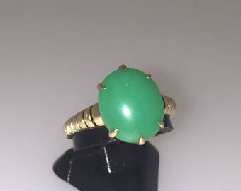 An Oval Cabochon Vintage Jade Ring in 14K Yellow Gold
