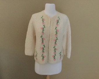 50s floral EMBROIDERED SWEATER ENGLAND Chunky Light Weight Knit Ivory White Virgin Wool HandKnit England Pink Emb flowers Mid Century