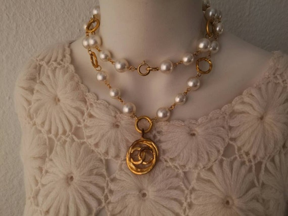 Vintage large glass pearl beads collier / necklace with a very large designer pendant