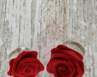 Adjustable ring with red rose of wool felt