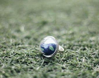 Shaking Silver Ring in Little Globe