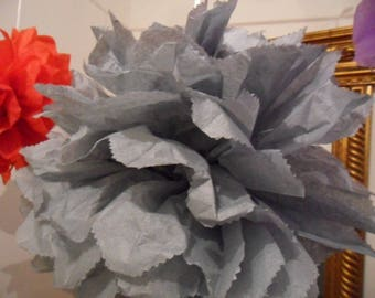 3 PomPoms in gray silk paper of 20/30 and 40 cm to 4.80 euros.