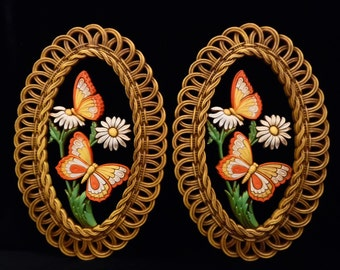 70's vintage DAISIES 'n BUTTERFLIES // kitschy wall hangings by Dart // made in USA // oval plastic decor // daisy 'n butterfly