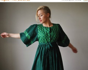 ON SALE 1970s Green Folk Floral Dress~Size Extra Small to Small