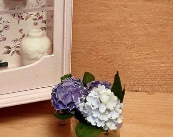 Dollhouse hydrangea in glas vase