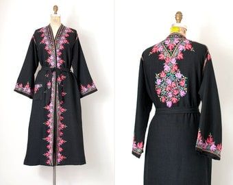 vintage 1950s robe / embroidered Kashmiri duster robe / black and pink
