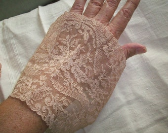 1 Antique lace cuff piece or neck inset, 1920s